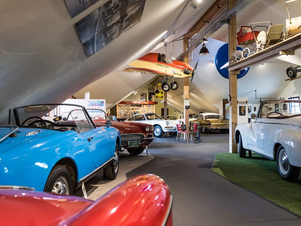 Uralte Flugzeuge, Autos und sogar Kinderwagen können hier bestaunt werden