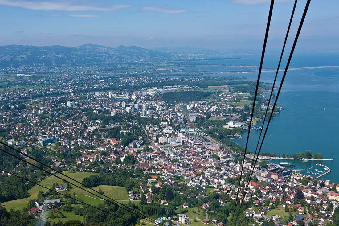 Blick aus der Pfänderbahn auf Bregenz am Bodensee (Österreich)